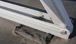 太陽光発電パネルの架台クラックからの漏水を防止する工事前